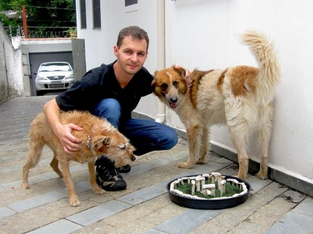 Sergio Greif, henge, and curious dogs